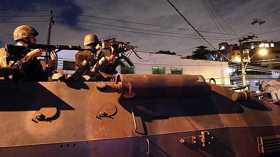 Tropas do Exército perto do Complexo do Alemão, no Rio