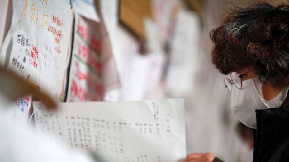 Mulher olha quadro de mensagens das pessoas que evacuaram a cidade Otsuchi, no Japão