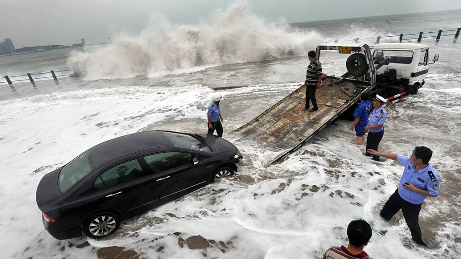Carro é cercado de água na China após chegada do tufão Bolaven, que fez 15 mortos na Coreia do Sul
