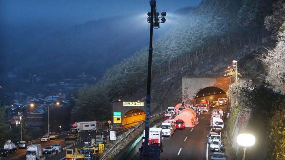 Na cidade de Otsuki, no Japão, parte do túnel Sasago desmoronou, esmagando carros e provocando incêndio no seu interior