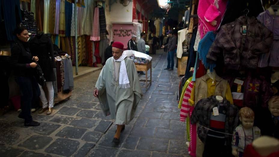 Homem caminha pelas ruas da Medina de Tunis que é considerada patrimônio da humanidade pela UNESCO