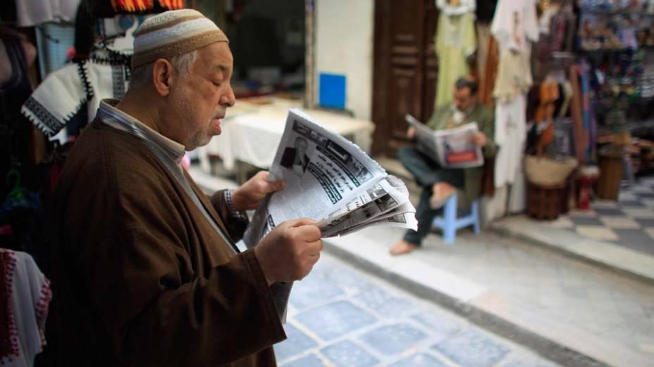Tunisianos lêem jornal em Tunis