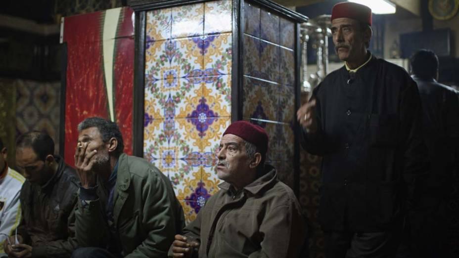 Homens assistem ao noticiário em um café na Tunísia