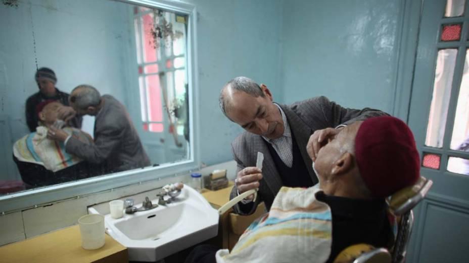 Tunisiano faz a barba em Tunis, Tunisia