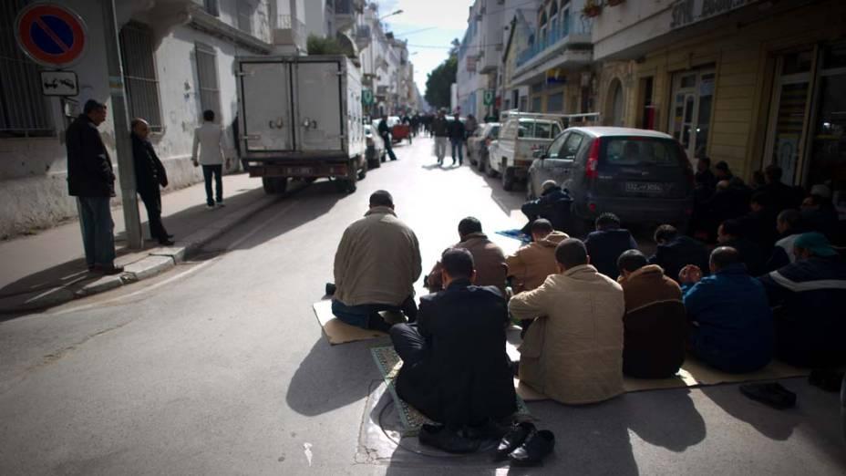 Religiosos rezam no centro de Tunis, Tunisia