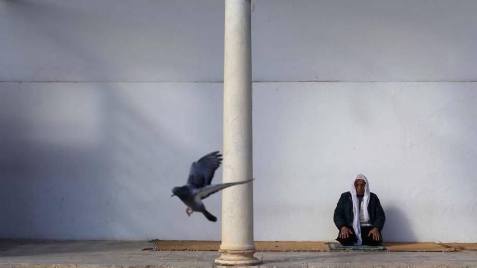 Religioso na Mesquita Grande Zitouna em Tunis, Tunisia