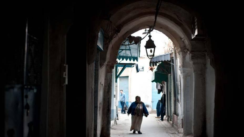 Mulher caminha na Medina de Tunis que é considerada patrimônio da humanidade pela UNESCO