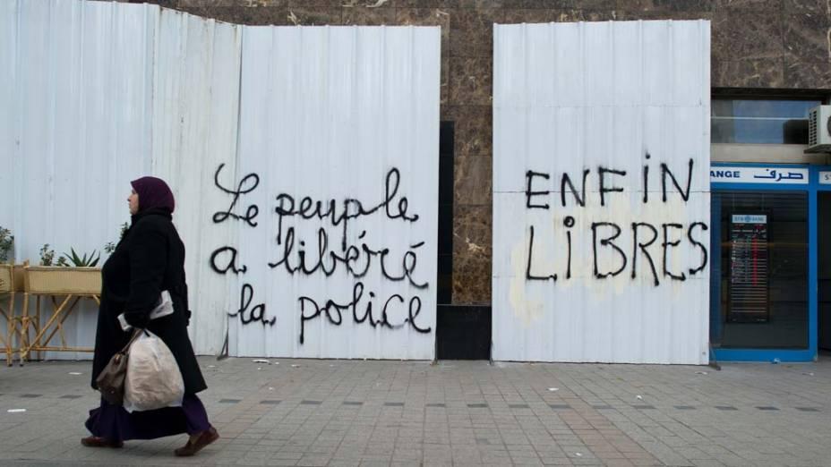 Tunisiana passa por marcas deixadas pelos protestos em Tunis