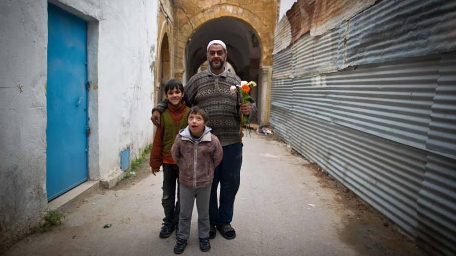 Família nas ruas da Medina de Tunis que é considerada patrimônio da humanidade pela UNESCO