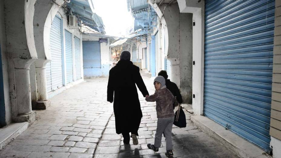 Família caminha pelas ruas da Medina de Tunis que é considerada patrimônio da humanidade pela UNESCO