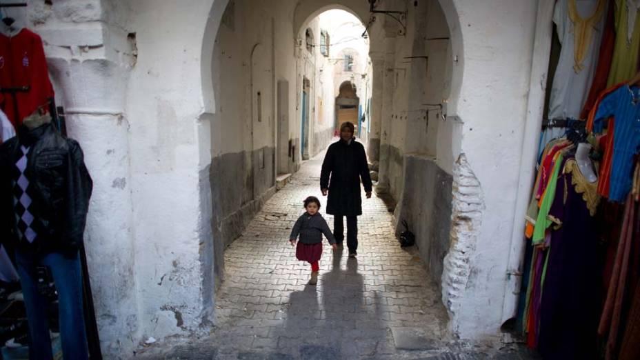 Mãe e filho andam nas ruas da Medina de Tunis que é considerada patrimônio da humanidade pela UNESCO