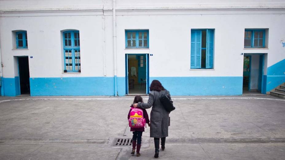 Mãe e filha no pátio de uma escola no centro de Tunis