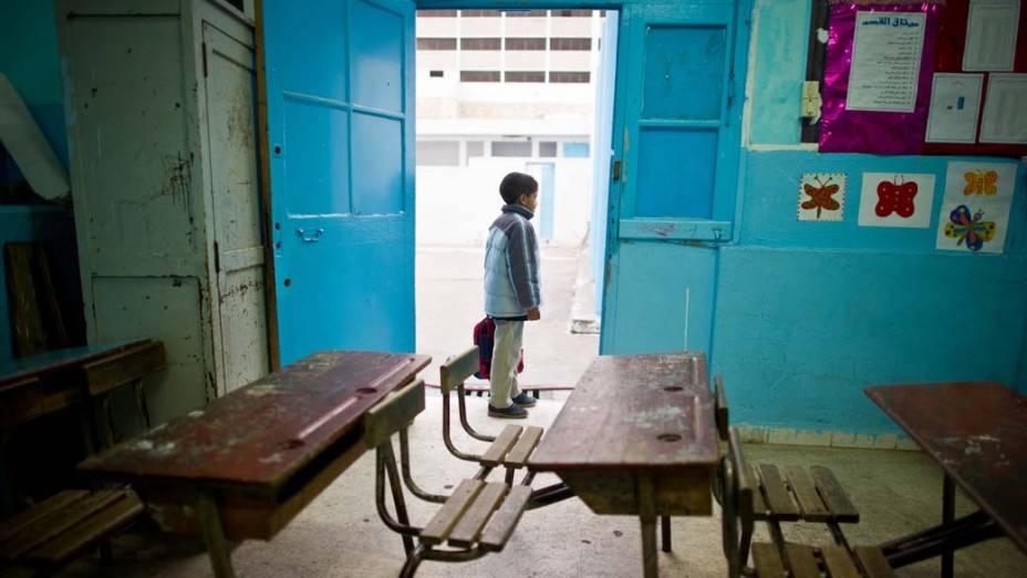 Menino espera o início das aulas, após uma greve de professores em Tunis