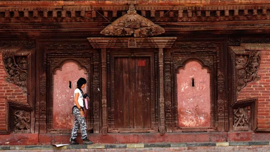 No Nepal, turista passeia pela capital Katmandu no Dia Mundial do Turismo