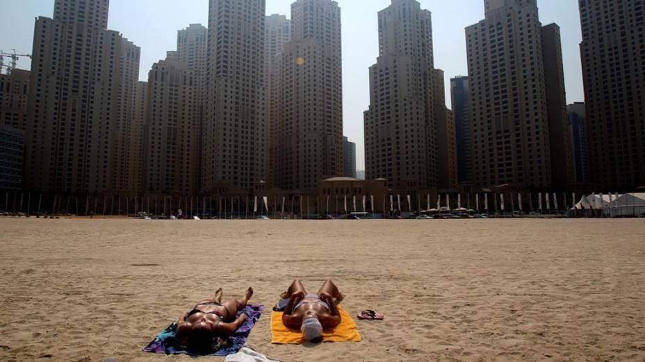 Turistas curtem praia em Dubai