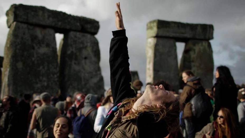 Turistas observam o solstício de verão em Stonehenge, Inglaterra