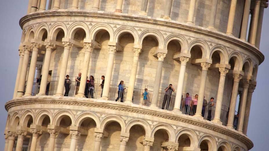 Na Itália, turistas visitam a torre de Pisa pela primeira vez após 20 anos de obras de estabilização e restauro