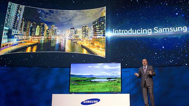 TV flexível da Samsung tem mecanismo acionado por controle remoto para transformar tela plana em curva