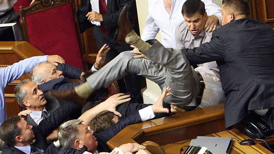 Na Ucrânia, discussão entre parlamentares termina em violência. Uma discussão sobre o uso da língua russa em algumas instituições terminou em violência