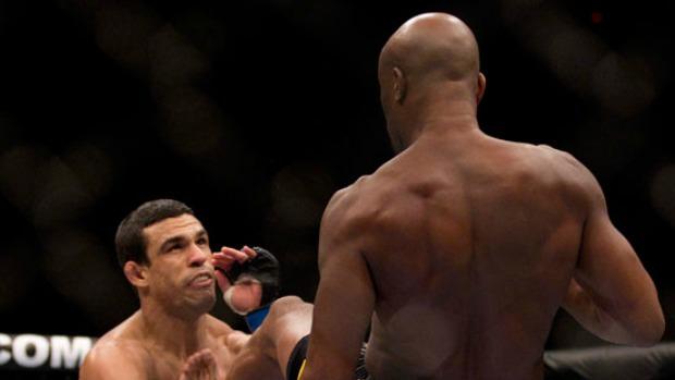Anderson Silva nocauteia Vitor Belfort no UFC 126