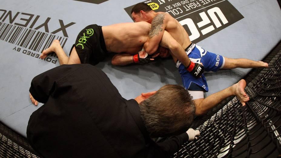 Chris Weidman segura Tom Lawlor, durante luta no UFC 139, na Califórnia