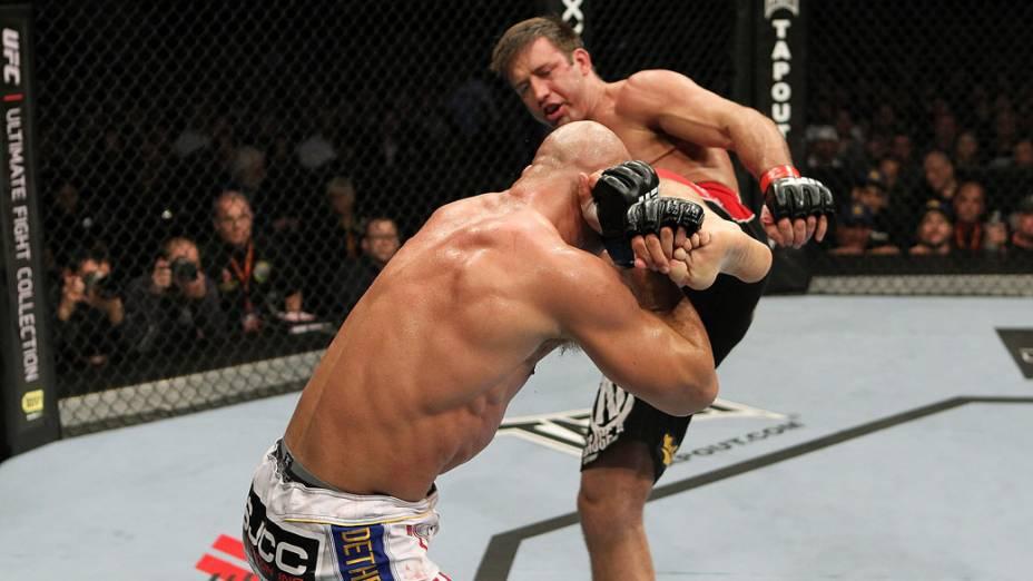 Stephan Bonnar tem o chute bloqueado por Kyle Kingsbury, durante o UFC 139, na Califórnia - 20/11/2011
