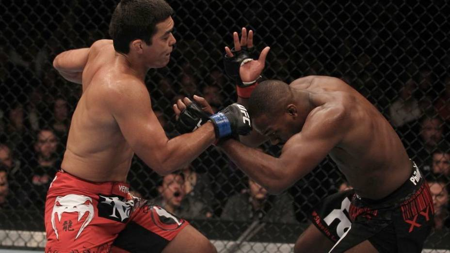 UFC 140: Lyoto Machida consegue desferir golpe contra o campeão Jon Jones