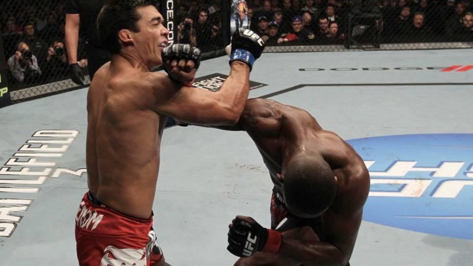 Lyoto Machida leva golpe de Jon Jones no UFC 140