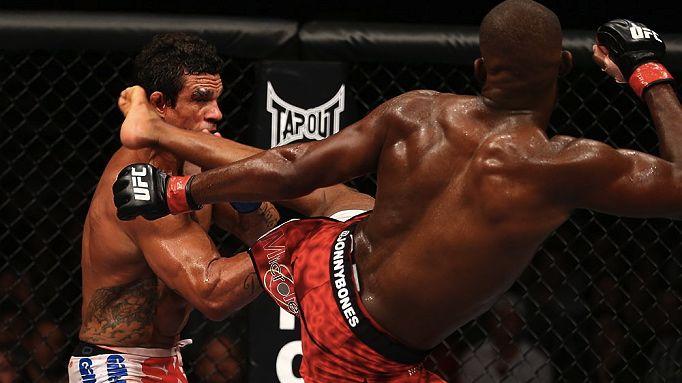 Jon Jones contra Vitor Belfort no UFC 152, em Toronto