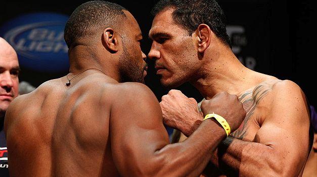 Rashad Evans e Rogério Minotouro Nogueira na pesagem do UFC 156, em Las Vegas