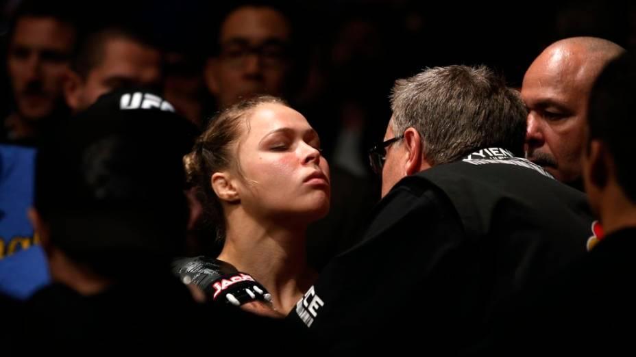 Ronda Rousey derrota Liz Carmouche na primeira luta feminina do UFC, em Anaheim, na Califórnia