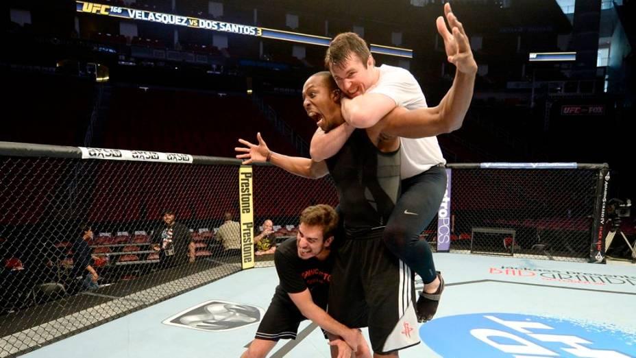 UFC 166: o pivô Dwight Howard, do Houston Rockets, no octógono com Chael Sonnen e o comentarista e ex-lutador Kenny Florian