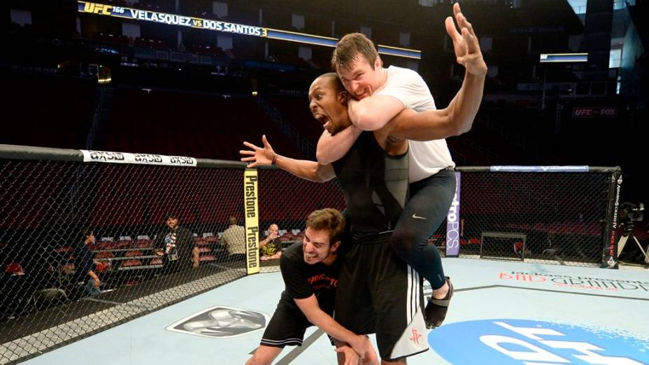 UFC 166: o pivô Dwight Howard, do Houston Rockets, no octógono com Chael Sonnen e o comentarista e ex-lutador Kenny Florian