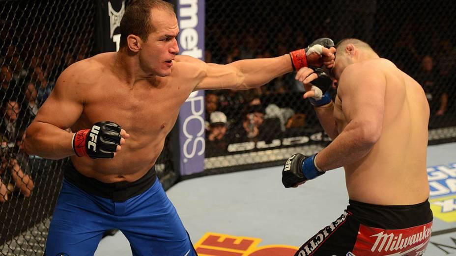 Júnior Cigano golpeia Cain Velasquez no UFC 155, em Las Vegas