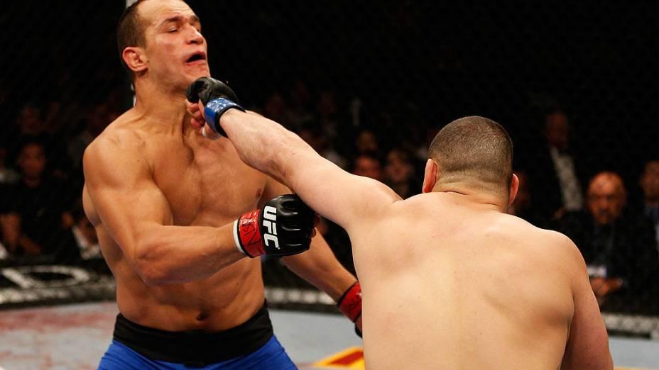 Cain Velasquez golpeia Júnior Cigano no UFC 155, em Las Vegas