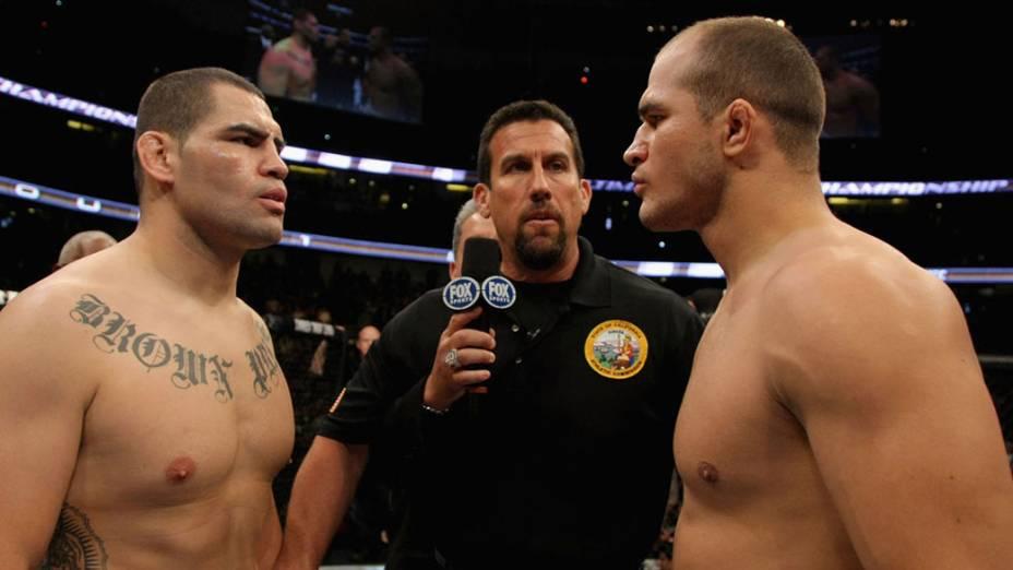 Cain Velasquez (à esq.) e Junior Cigano, antes do início da luta do UFC - 12/11/2011<br>