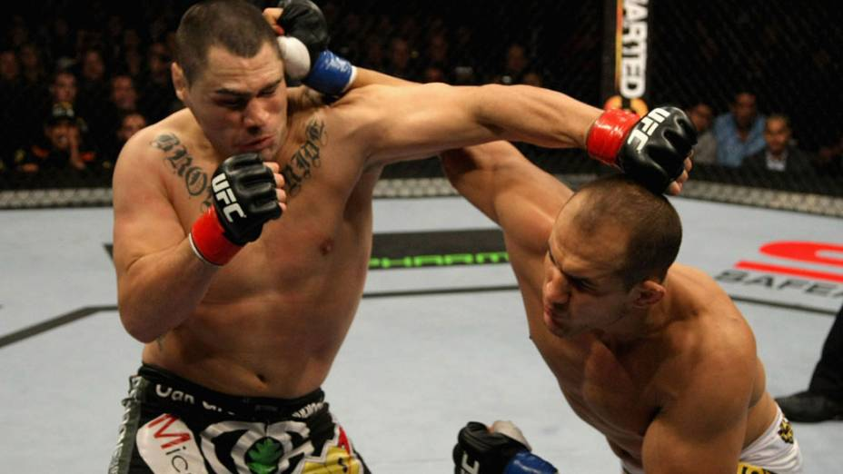 Cain Velasquez (à esq.) e Junior Cigano lutam pelo título do UFC - 12/11/2011<br>