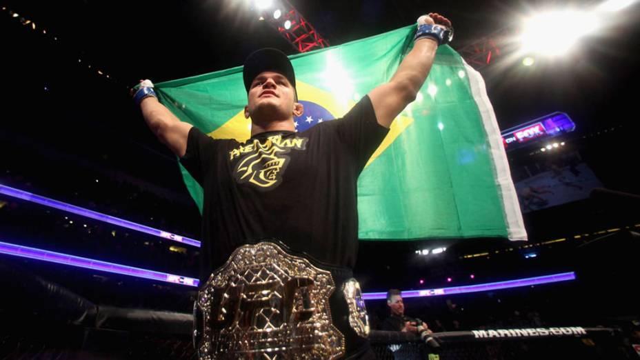 Junior Cigano comemora a vitória e o título de campeão, após nocaute no americano Cain Velasquez - 12/11/2011
