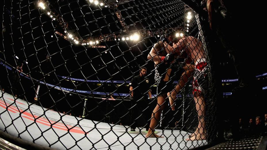 Aaron Rosa e Matt Lucas, durante luta no UFC - 12/11/2011<br>