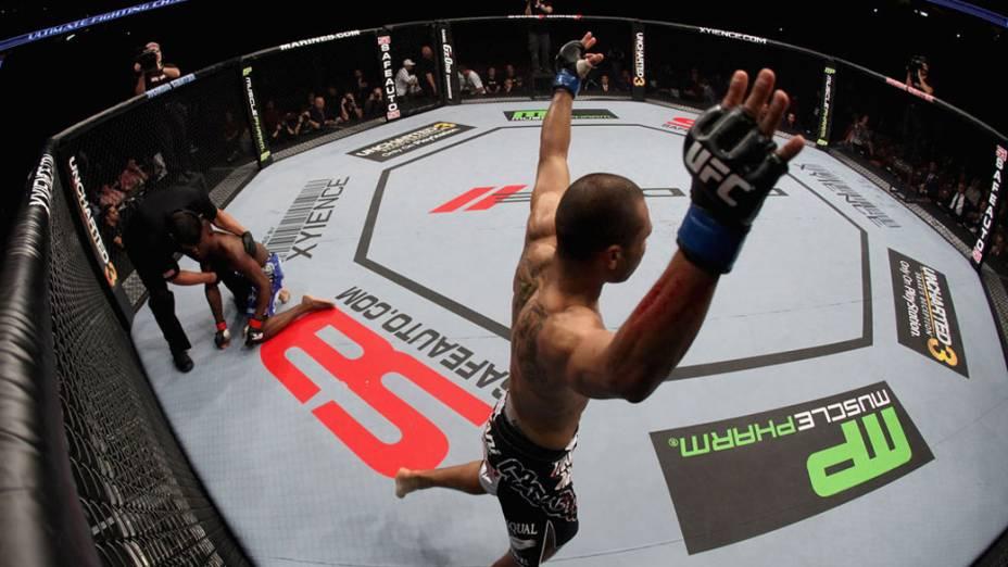 Após choque acidental, Robert Peralta comemora vitória contra Mackens Semerzier, durante luta no UFC - 12/11/2011