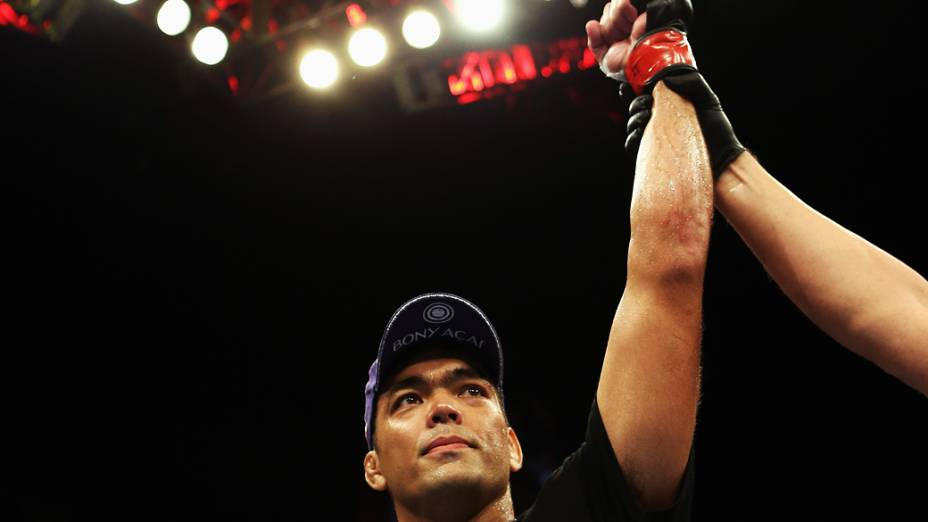 Lyoto Machida celebra a vitória sobre Ryan Bader em Los Angeles, Califórnia