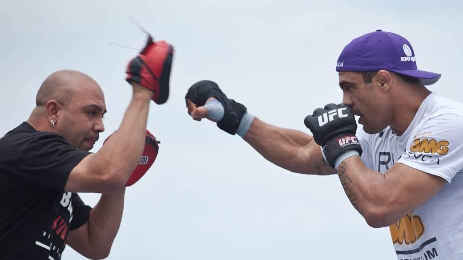 Treino do lutador Vitor Belfort em arena montada pelo UFC na praia da Barra da Tijuca, no Rio de Janeiro