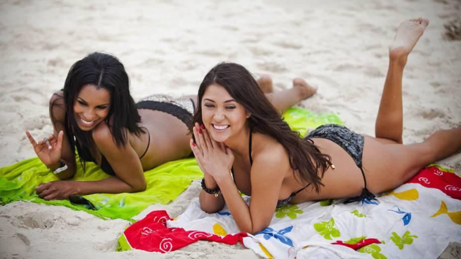 As ring girls Chandelle Powell e Arianny Celeste na praia da Barra da Tijuca, no Rio de Janeiro