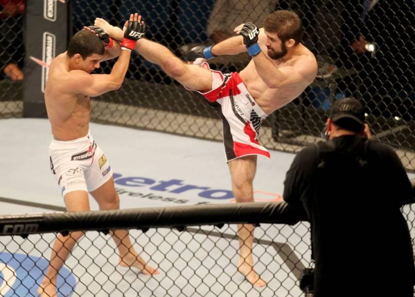 Felipe Sertanejo (de bermuda branca) contra Antonio Carvalho no UFC Rio 2012, na arena HSBC, na Barra