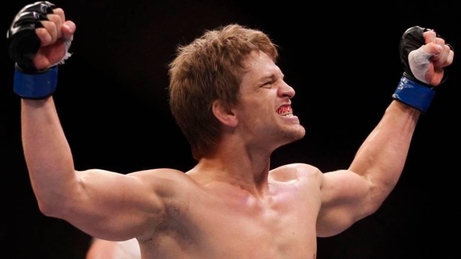 O americano Mike Pyle comemora a vitória contra o brasileiro Ricardo Funch no UFC Rio 2012