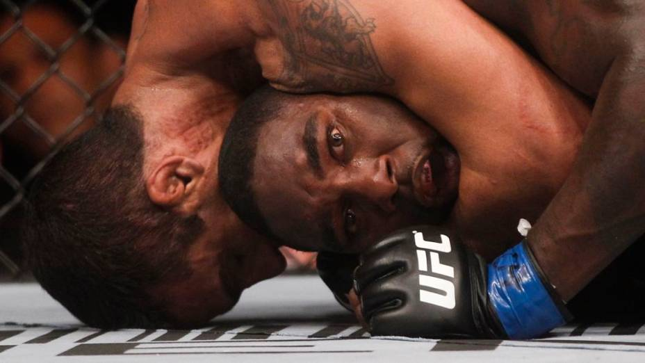 Vitor Belfort finaliza Anthony Johnson no UFC Rio 2012