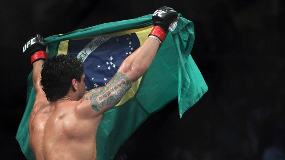 O brasileiro Thiago Tavareis comemora a vitória contra o norte-americano Spencer Fisher, durante o UFC Rio de Janeiro