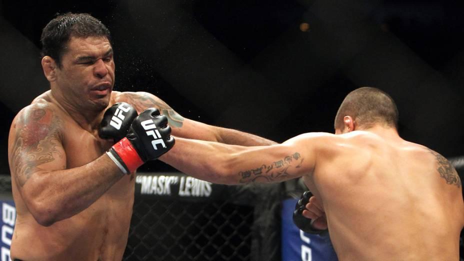 """Antonio """"Minotauro"""" Nogueira luta contra o norte-americano Brandan Schaub. O brasileiro ganhou a luta e comemorou o seu retorno ao UFC"""