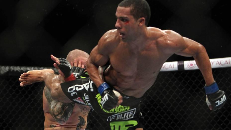 O brasileiro Edson Barboza aplica chute no britânico Ross Pearson, durante o UFC Rio de Janeiro