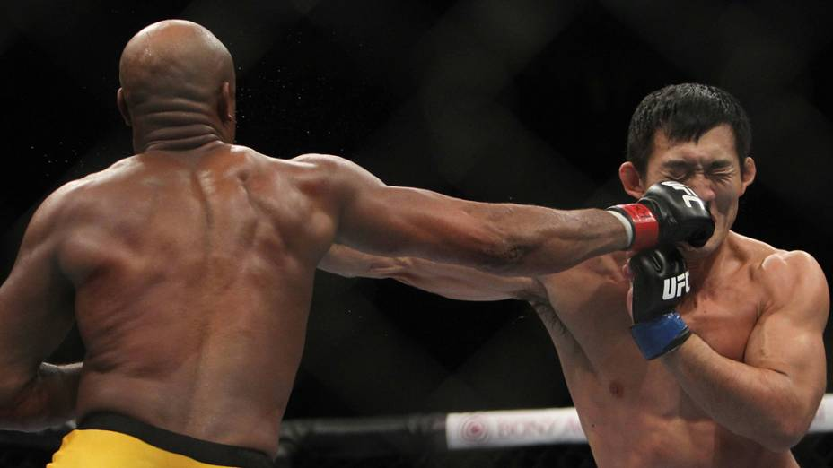 O campeão de peso médio, Anderson Silva, acerta o japonês Yushin Okami, durante o UFC Rio de Janeiro